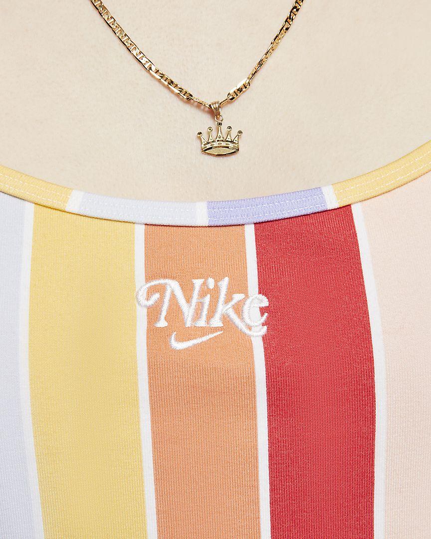 El vestido con estampado Nike Sportswear, que está confeccionado con un tejido de punto de algodón suave, está diseñado para ofrecer comodidad y diversión en verano con un estampado de arcoíris a rayas con un toque brillante.