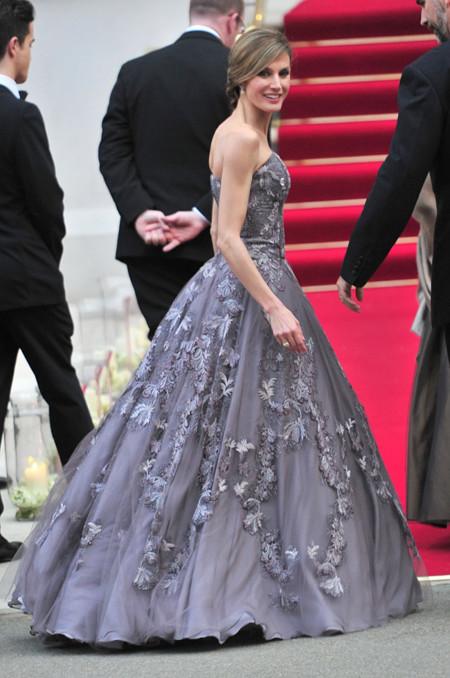 Letizia con vestido gris