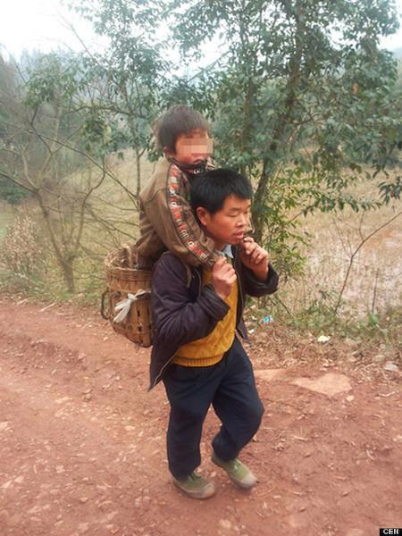 La historia de Yu Xukang: un padre con mucho coraje que lucha por la educación de su hijo