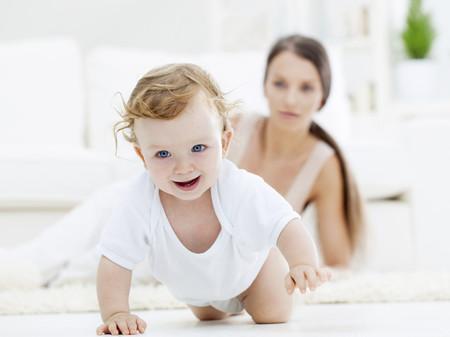 bebé gateando
