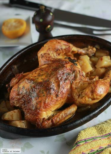 Receta del pollo al horno de mi abuela, con hierbas aromáticas entre la carne y la piel