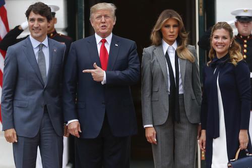 Llegó el día en que Melania Trump se puso un traje de chaqueta de raya diplomática y lo petó absolutamente