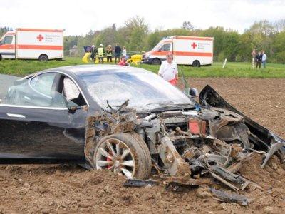Cinco jóvenes salen ilesas tras salirse de la calzada y volar 25 metros en un Tesla Model S