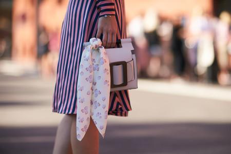 El pañuelo es el accesorio más versátil y estas tres maneras (distintas) de llevarlo son una prueba