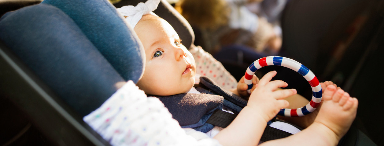 Cómo evitar la asfixia postural del bebé cuando viajamos en coche