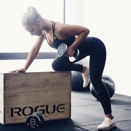 Nueve ejercicios con pesas o mancuernas para un entrenamiento de cuerpo completo en casa