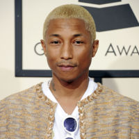 Pharrell Williams recoge su Grammy enfundado en un tailleur de tweed de Chanel