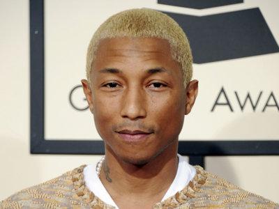 Pharrell Williams recoge su Grammy enfundado en un tailleur de tweed de Chanel