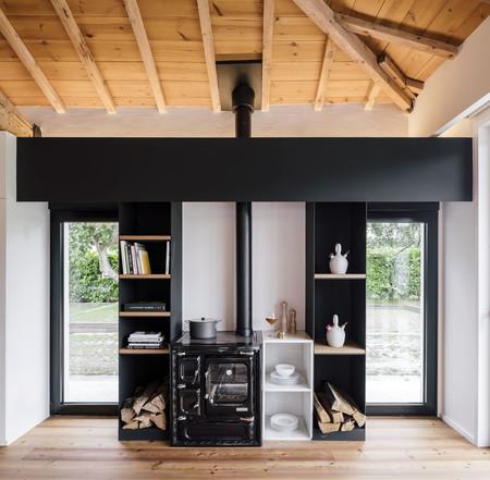 una cocina de leña tradicional recuperada ocupa un la