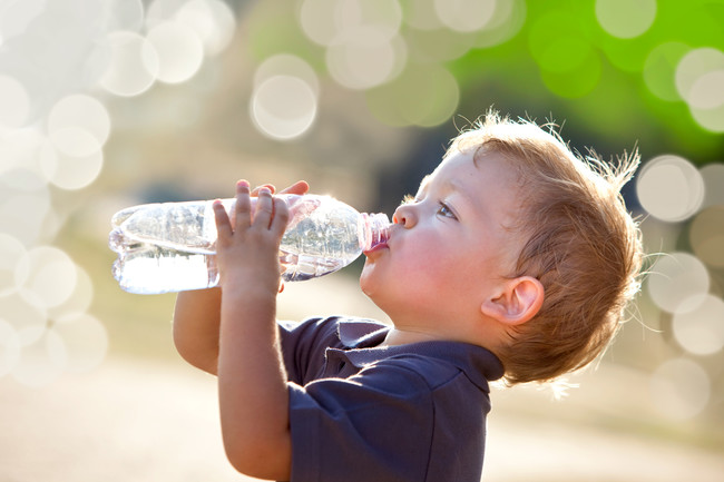 niño-beber-agua