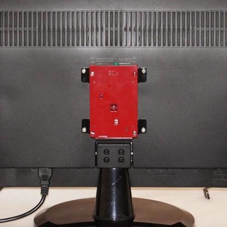 Montaje en un televisor gracias al adaptador VESA