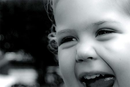 Todos los niños son felices a menos que los padres les hagan infelices