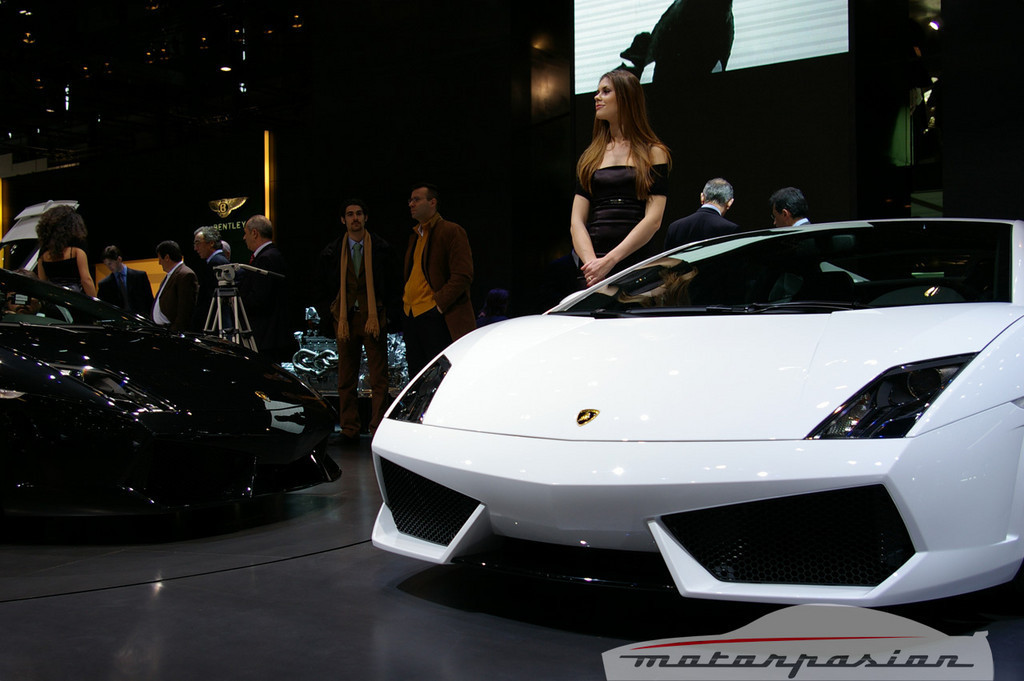 Foto de Lamborghini Gallardo LP560-4 en el salón de Ginebra, y muy bien acompañado (14/26)