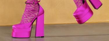 Clonados y pillados: Jeffrey Campbell saca una versión de las plataformas fucsia (de la próxima temporada) de Versace