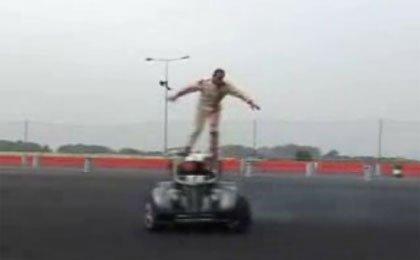 Terry Grant exhibiéndose con su Legend Car