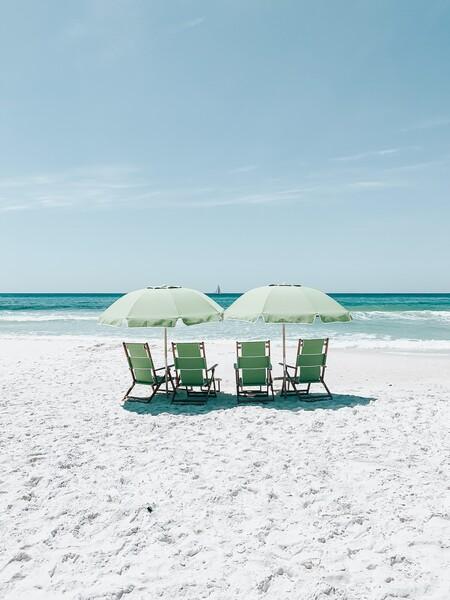 Estos refugios y sombrillas de playa de Decathlon son geniales para montar un camping en toda regla