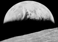 La primera imagen de la Tierra tomada desde la Luna restaurada