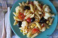 Ensalada de pasta, coliflor y olivas negras. Receta saludable