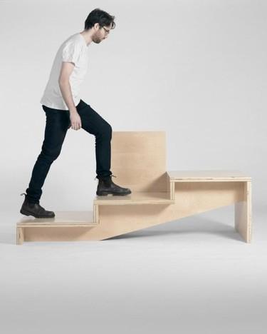 ¿Es una escalera? No, es un asiento con mesa auxiliar