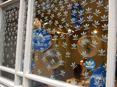 Navidad adidas - Decoracion navidena para comercios ...