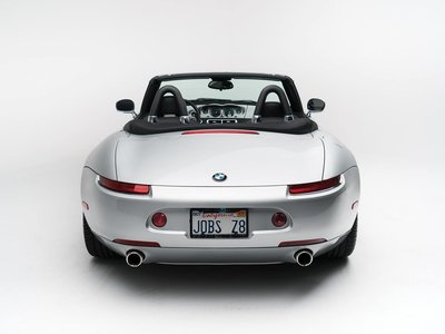 Paradojas de la vida: el BMW Z8 de Steve Jobs sale a subasta con un Motorola Startac como teléfono