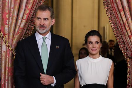Doña Letizia se apunta a la moda sostenible y estrena una falda de H&M Conscious