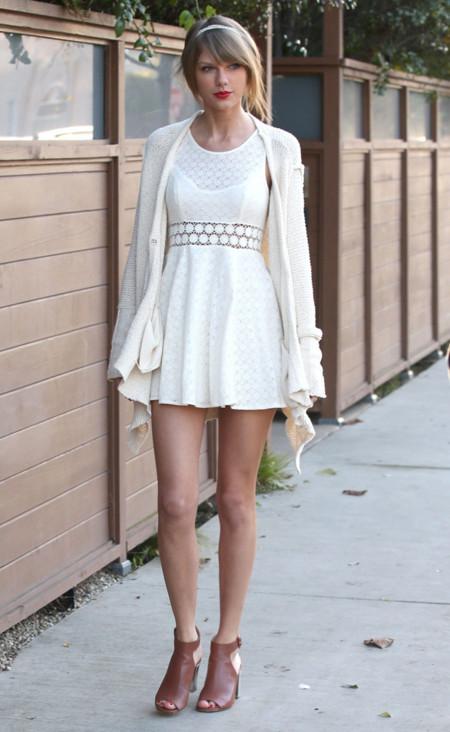 Taylor Swift Piernas Look blanco