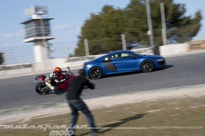 Ducati 899 Panigale contra Audi R8 V10 Plus (making of)