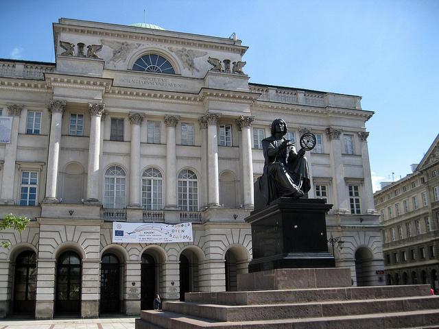 Estátua de Nicolás Copernico en la Academia Polaca de las Ciencias
