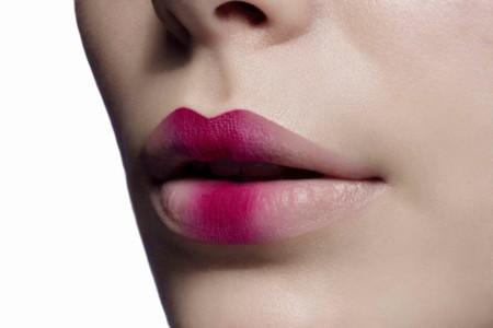 Lleva al extremo el print oriental con unos labios ombré
