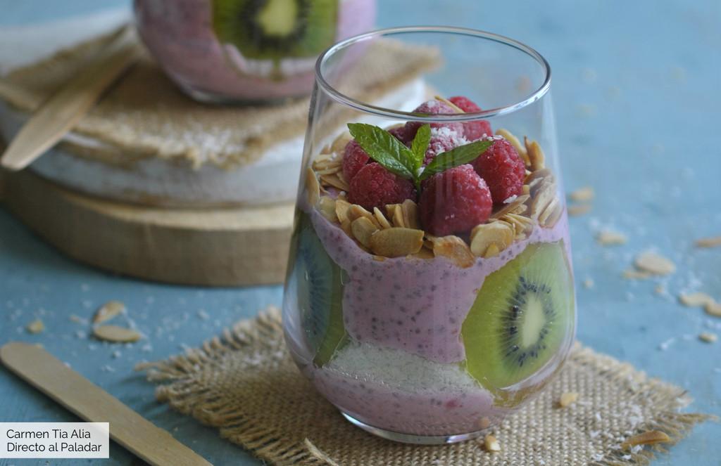 Pudding de chía con frambuesas, kiwi y coco, receta fácil para un desayuno muy completo (con vídeo incluido)