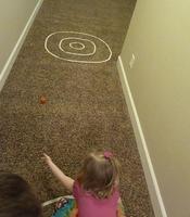 Inventar juegos dentro de casa con cinta adhesiva