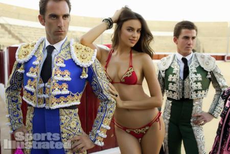 Irina Shayk en Sports Illustrated, la marca España de los souvenirs y el capote