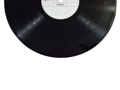 No se escapa la ironía, Universal Music está siendo demandada por piratería