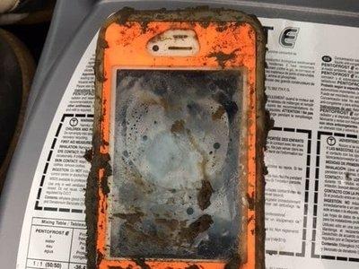 Un iPhone 4 sale vivito y coleando de una inmersión de meses en un lago helado