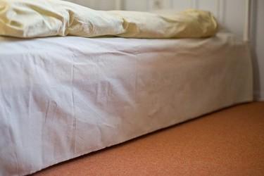 Una cama que ilumina desde abajo