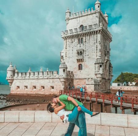 Viajar por todo el mundo para hacerse la misma foto: este es el reto de esta pareja