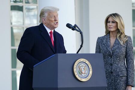 Un abrigo jaspeado a modo de vestido o un traje pantalón en color burdeos: el estilo de Melania Trump y Jill Biden es totalmente distinto