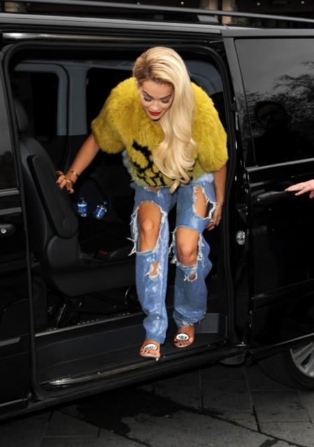 """Un """"Rita"""" y un descosido para este verano. ¿Te animas a los jeans desguazados de Rita Ora?"""