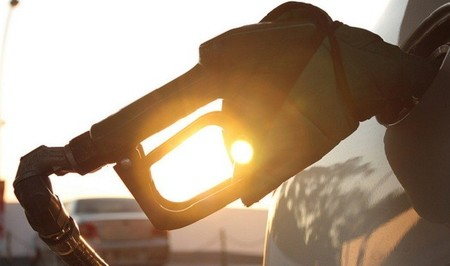 Llenar el depósito de gasolina cuesta más de 3 euros menos que hace un año