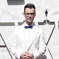 Brad Goreski abre la red carpet de los premios Óscar en un fabuloso look a dos tonos