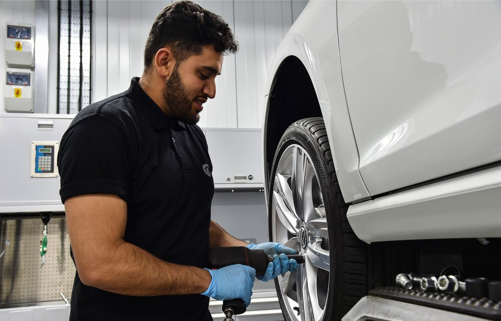 Mecánico cambia neumático