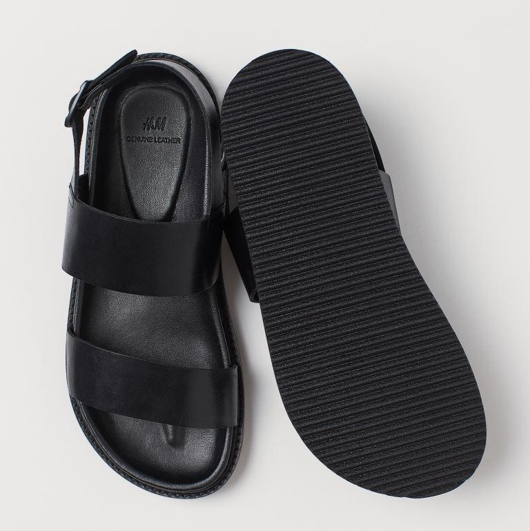 Sandalias de piel con trabilla ajustable en el talón con hebilla de metal pintada. Plantillas moldeadas en cuero napa. Suelas acanaladas de goma.