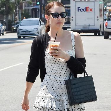 Emma Roberts tiene el vestido de lunares blanco y negro perfecto y está rebajado a 92 euros