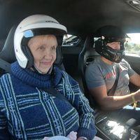 Envidia nivel: rodar con un Audi R8 a más de 300 km/h en Nürburgring con tu abuela de copiloto