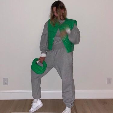 Hailey baldwin Bieber crea tendencia con todo lo que se pone y este chándal gris y verde lo constata