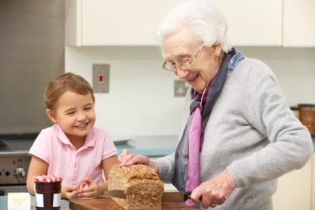 Cuidar de los nietos previene el deterioro cognitivo de los abuelos