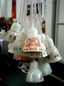 Lámpara con tazas antiguas