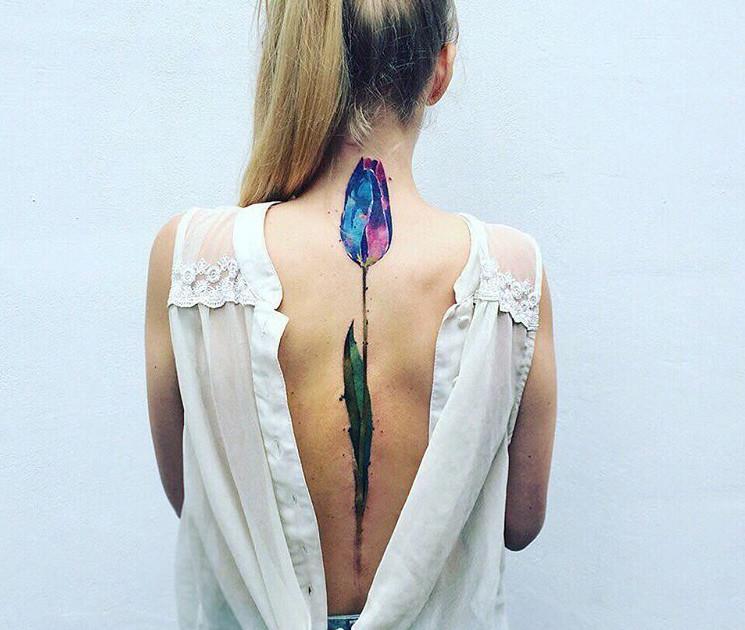 Los Tatuajes A Lo Largo De La Columna Vertebral Son Tendencia Y