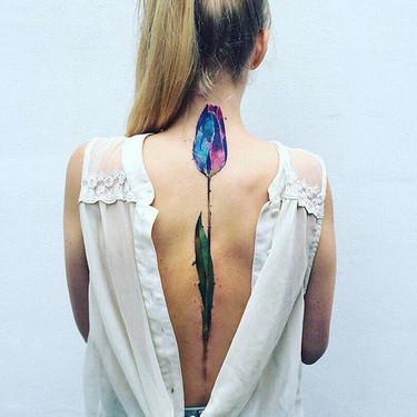 Los tatuajes a lo largo de la columna vertebral son tendencia... y estas 77 ideas pueden ser tu mejor inspiración para decidirte